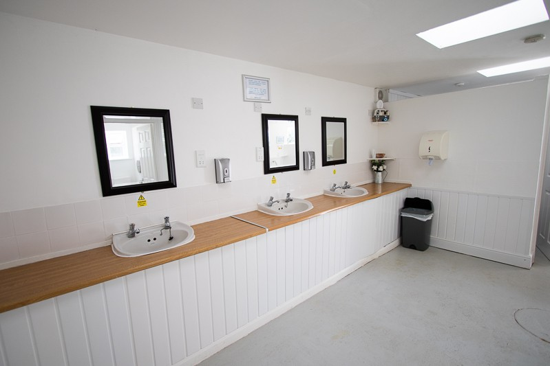 Men's toilet & shower facilities